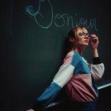 Zu sehen ist ein Portrait aufgenommen in München in Bayern. Im Porträt Foto ist eine junge Frau. Es handelt sich um das französische Model Annie, wohnhaft in München. Die Aufnahmen wurden in der Münchner Universität aufgenommen. Das Shooting wurde von dem Fotografen Daniel Schubert von Steins Pictures durchgeführt.