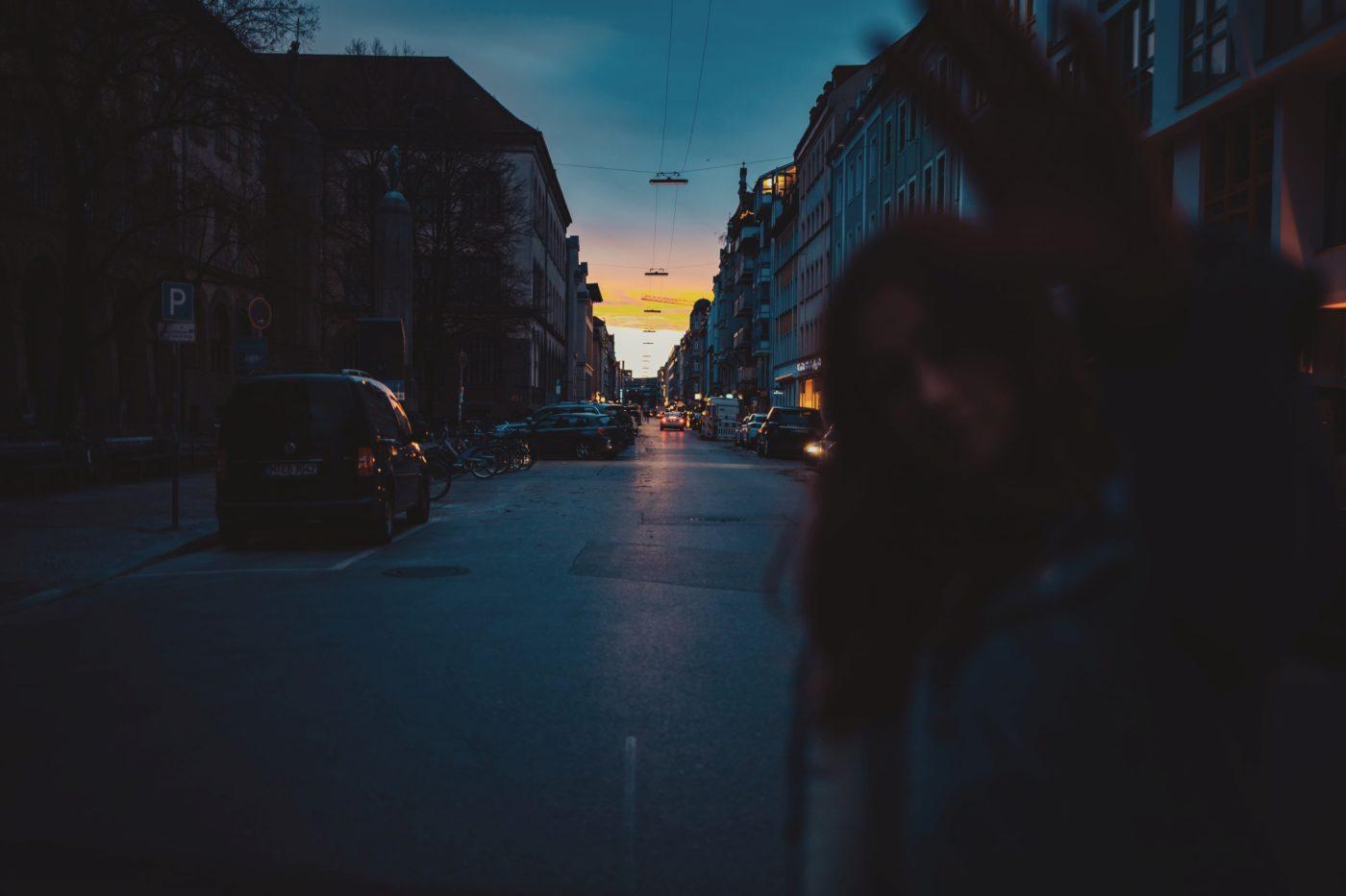 Unterbelichtete Portraitaufnahme von Eva vor der Münchner Universität, geschoßen von dem Münchner Fototgrafen für Sedcard, Schauspielerfotos und Reportagefotografie Steins Pictures.
