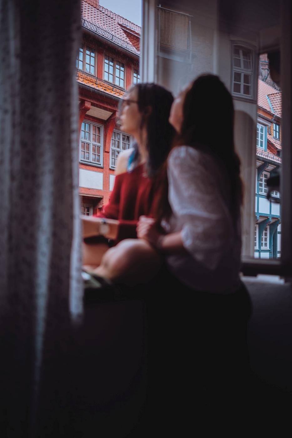 Während eines Shooting in Göttingen kam plötzlich alles anders als der Himmel aus dem Nichts einen kompletten Wolkenbruch beschert hat und die Freunde Laura und Lea pitschnass nachhause flüchten mussten. Daraus entstand die erste Freundesreportage geschoßen von dem Fotografen Steins Pictures aka Daniel Schubert aus München.