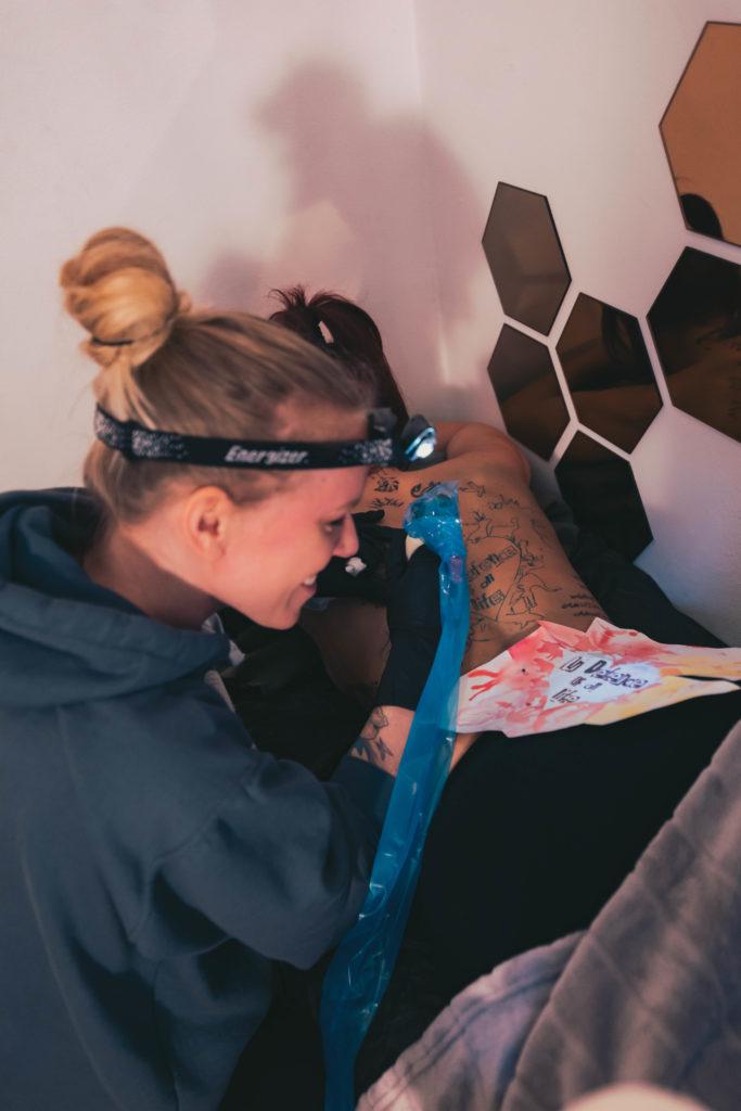Reportage über das Münchner Tattoostudio Holy Papaya und die Geschichte eines Tattoos, wie es gestochen wird und das Studio an sich.