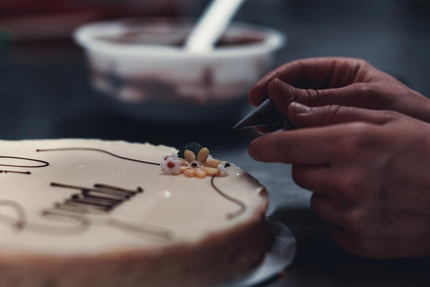 Eine Businessreportage für das Cafe Ruffini in München von dem Fotografen Daniel Schubert aka Steins Pictures. Die Fotos wurden in der hauseigenen Backstube gemacht und zeigen Konditoren bei ihren Handwerk, speziell bei der Gestaltung der stadtweit bekannten Ruffini Torten und Kuchen.
