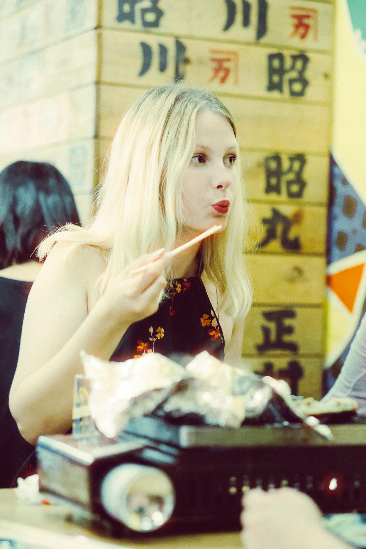 Das Portrait zeigt eine junge blonde Frau namens Daria im Nachtleben von Tokyo, aufgenommen wurden die Bilder von dem Fotografen für Sedcards, Schauspielerfotografie und Reportage Daniel Schubert.