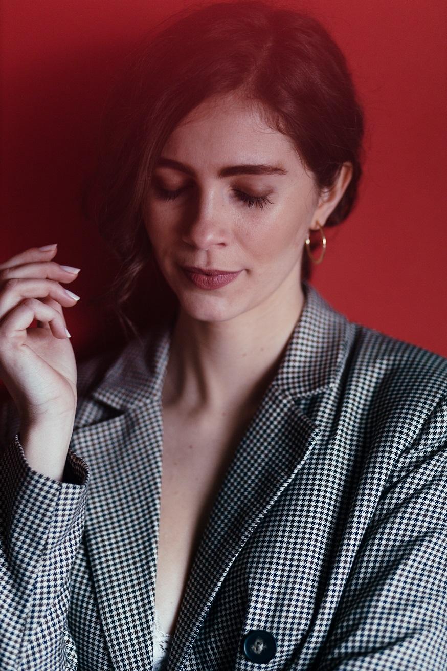 Die Portraitreihe benutzt buntes Papiert kreativ in Portraits einzubinden. Im Bild ist das Model Anna und im Vorder- Hintergrund wird Papier verwendet um Farbakzente ins Bild zu bringen.