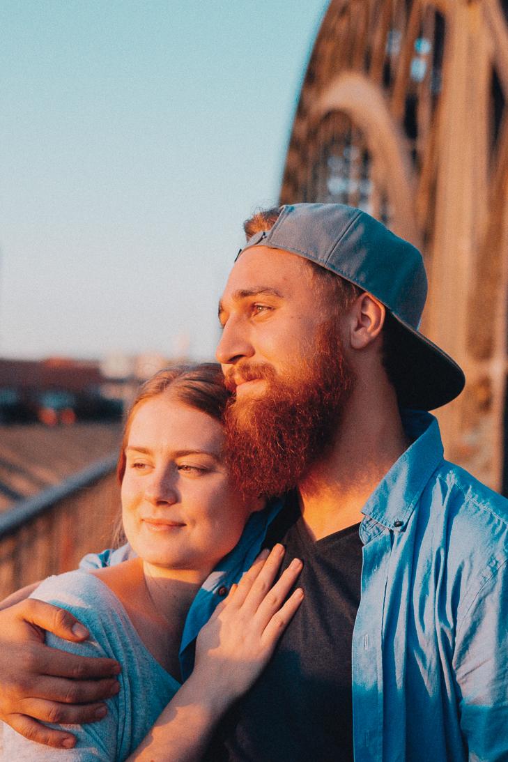 Paarfoto aufgenommen auf der Hackerbrücke in München von den Portrait, sedcard und Schauspieler Fotografen Daniel Schubert aka Steins Pictures.
